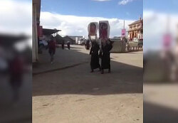 티베트 여성 2명,  달라이 라마 장수 기원하며 거리 시위