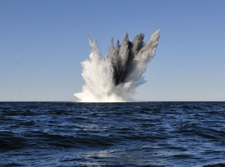 적 선박의 움직임을 봉쇄하는 바다의 지뢰