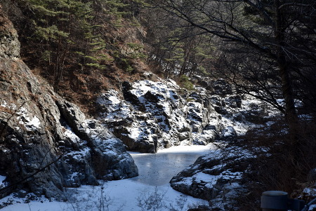 백담사 계곡이 얼었다