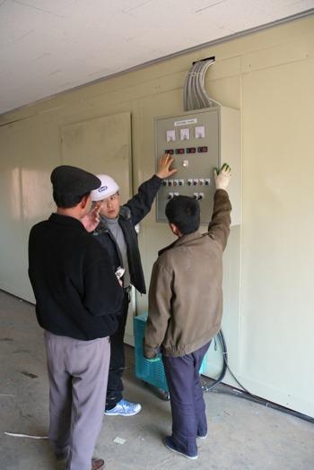 남측 기술진의 냉장설비 작동법 설명