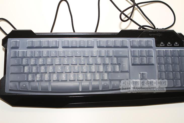 제닉스 스톰엑스 K3, 사용기, 후기, 사용, 리뷰, STORMX K3, 제닉스, 멤브레인, 방식, 게이머 유저, 게이머, IT,제닉스 스톰엑스 K3 키보드를 사용해 봤는데 제닉스에서도 일반 멤브레인 키보드도 포용하려는듯하네요. 제닉스에서는 TESORO의 막강한 기계식 키보드를 판매하고 있고 가격이 많이 저렴해졌다고 하지만, 아직은 가격이 비싸죠. 스톰엑스 K3는 게이머 유저가 사용할만한 키보드 입니다. 그리고 저렴한 멤브레인 키보드에 조합에 따라 20개의 키의 동시 입력을 지원해서 게이밍 키보드에 적합하게 되어있습니다. 게임마다 사용되는 키 조합이 좀 다르긴 한데 동시에 키를 눌러도 보통 입력하도록 해놓았다는것이죠. 실제로 일반 키보드를 쓰면서 특정 키가 함께 동작하지 않아서 불편함을 호소하다가 게이밍 키보드를 찾는 분들도 꽤 많으니까요. 그런 분들에게 괜찮은 키보드가 되겠습니다. 그럼 지금부터 스톰 X 시리즈 K3를 자세히 살펴보도록 하죠.