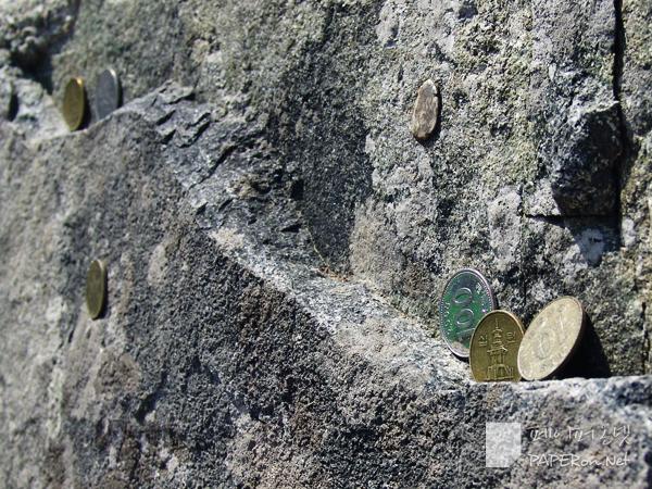 용궁사 기암 절벽에 붙어 있는 누군가의 기원들