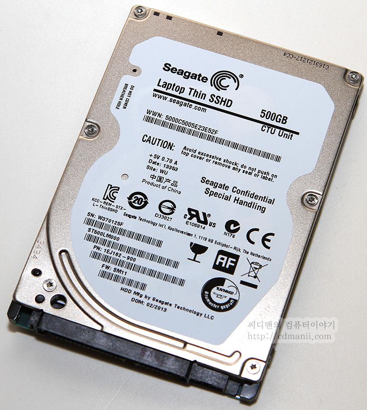 씨게이트 랩탑 씬 SSHD, Seagate Laptop Thin SSHD, SSHD, 모멘터스XT, 씨게이트 3세대, 씨게이트 3세대 하드디스크, 하드디스크, HDD, SSD, IT, 벤치마킹, 벤치마크, 리뷰, 후기, 사용기, 제품, Seagate, 용량, 성능, 소음, 크리스탈 디스크 마크, HD tune Pro, 엑세스 타임, 캐시, MLC, SLC, 씨게이트 랩탑 씬 SSHD 벤치마크를 해 봤습니다. Seagate Laptop Thin SSHD는 7mm 두께로 나와서 가장 얇은 울트라북이나 모바일기기등에 응용될 수 있습니다. 실제로 씨게이트 랩탑 씬 SSHD 벤치마크를 해보면서 버니어캘리퍼로 두께를 측정해봤는데 7mm 보다 약간 더 얇은 6.9mm을 보여줘서 규격에 맞춘것임을 확인했습니다. 기존의 모멘터스XT도 1세대 2세대로 올라가면서 성능이 조금씩 계속 올라갔는데요. 이번에 3세대 씨게이트 랩탑 씬 SSHD는 모멘터스XT 2세대와 마찬가지로 8GB의 SSD 캐시를 쓰긴 했는데 타입이 SLC에서 MLC로 변경이 되었네요. 두께를 얇게하면서 생긴 가격 차이를 이것으로 극복한게 아닌가 생각은 드는데, 올라온 정보로는 기존 2세대 제품보다 성능이 더 좋아졌다고 되어있네요. 이건 아래 벤치마킹을 통해서 자세히 알아볼것입니다.  SSD타입의 캐시가 장착된 하드디스크 경우에는 컴퓨터의 상태와는 별개로 하드디스크가 자주 사용되는 프로그램을 캐시에 입혀서 보다 빠르게 프로그램이 로딩되도록 하는 역할을 합니다. SSHD가 바로 그것이죠. 물론 별도로 SSD캐시를 꽂아서 하드디스크의 성능을 극대화하는 노트북이나 기술들도 있지만 이 하드디스크의 장점이라면 별도의 셋팅과정을 거치지 않더라도 운영체제 설치만으로 바로 활용할 수 있다는게 장점이 됩니다.  노트북이나 모바일 기기에 사용될 때 분명하지만 SSD보다는 성능은 느리긴 합니다. 하지만 자주 사용되는 프로그램의 로딩이나 부팅속도는 SSD에 근접하는 속도를 낼 수 있으며, 부족한 SSD의 용량을 극복할 수 있는 모델이 이것이죠. 그런 의미에서 SSHD는 사용이 되고 있으며 SSD 512GB의 가격이 낮아지기 전까지는 계속 유지가 될듯합니다.