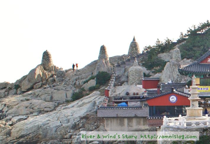 바위언덕의 돌탑들
