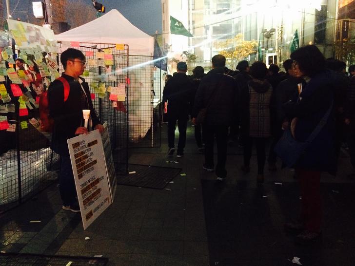 청계천에서 한 시간 가량 진행한 일인시위. 사진 by 유지영
