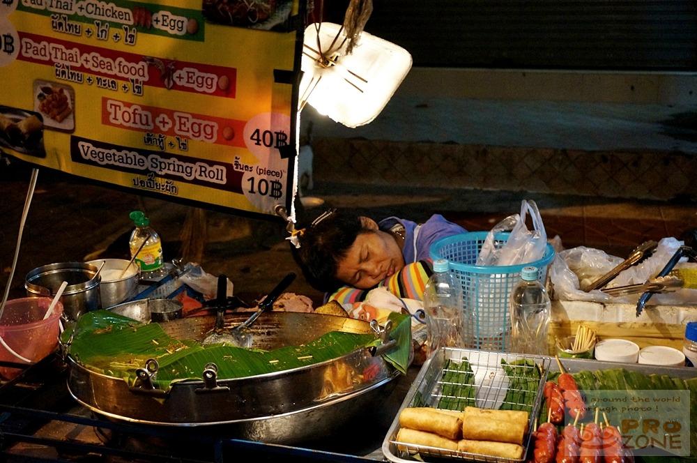 [태국] 방콕 람부뜨리로드 깊은 새벽에 꿀잠 자는 팟타이 장사 아주머니