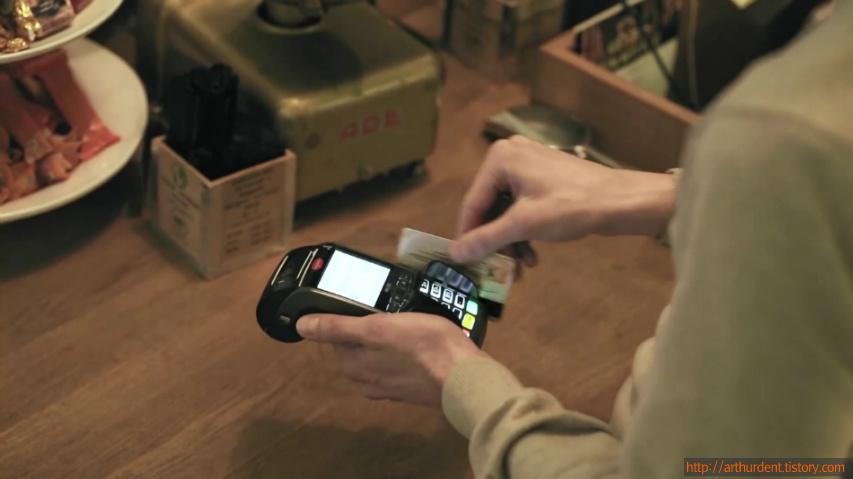 디지털 사이니지에 신용카드를 그으면 인터랙티브 무비가 상영된다 - 국제 구호단체 미제리오(Misereor)의 OOH를 활용한 인터랙티브 기부 캠페인, 소셜 카드긋기(The Social Swipe) [한글자막]