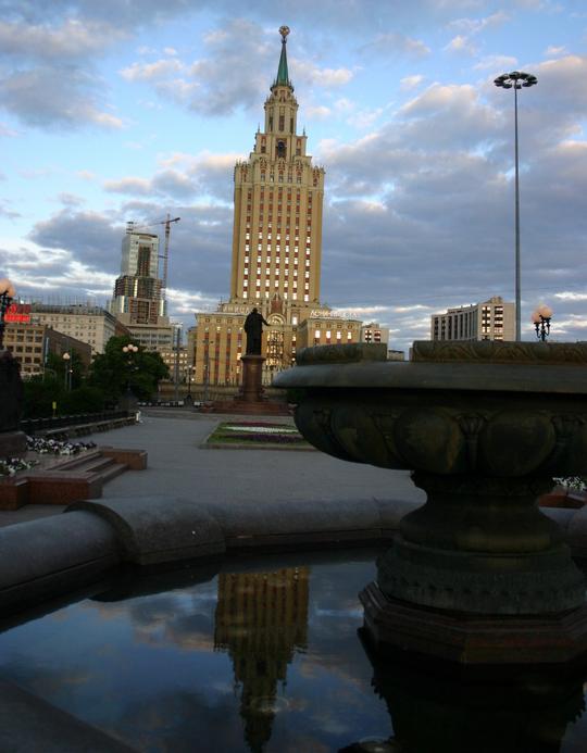 레닌그라드스키 역 앞. 05:00 AM