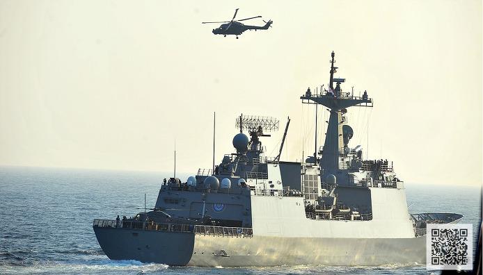 '아덴만 여명작전' 헬기 기만전술을 펼치는 해군 링스헬기  ⓒMediaPaPaer.KR 오세진 사진기자