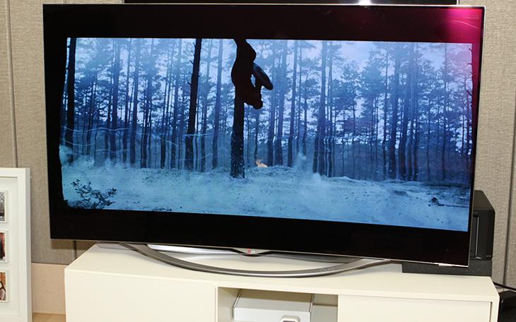 LG 올레드(OLED) TV, 55EC9310, 리얼 블랙 ,빠른 반응속도,화질,LG TV,엘지 티비,엘지 올레드,올레드,IT,LG 올레드(OLED) TV 55EC9310 리얼 블랙 빠른 반응속도에 대해서 알아볼텐데요. 그럴려면 영화를 재생해서 봐야겠죠. 빠르게 움직이는 영상을 재생을 해서 봤습니다. TV를 보거나 영화를 볼 때 항상 이 제품을 사용해서 봤었는데요. 영화를 볼 때에도 정말 좋네요. LG 올레드(OLED) TV 55EC9310 리얼 블랙은 검은 부분을 정말 까맣게 보여주는 것 인데요. 이것은 LED TV와 OLED TV와 가장 크게 차이나는 부분이기도 합니다. 그리고 높은 명암대비 그리고 기존 대비 500배 이상 빠른 반응속도는 영화에서 어둡고 무거운 느낌의 부분을 표현할 때 크게 와 닿습니다. 과거의 TV로 볼 때에는 어두운 장면이 계속 이어지는 화면에서는 뭔가 잘 안보여서 답답할 때도 있었는데요. LED TV로 오면서 그 부분이 많이 좋아졌고 OLED TV로 오면서 그 부분이 훨씬 더 좋아졌습니다.