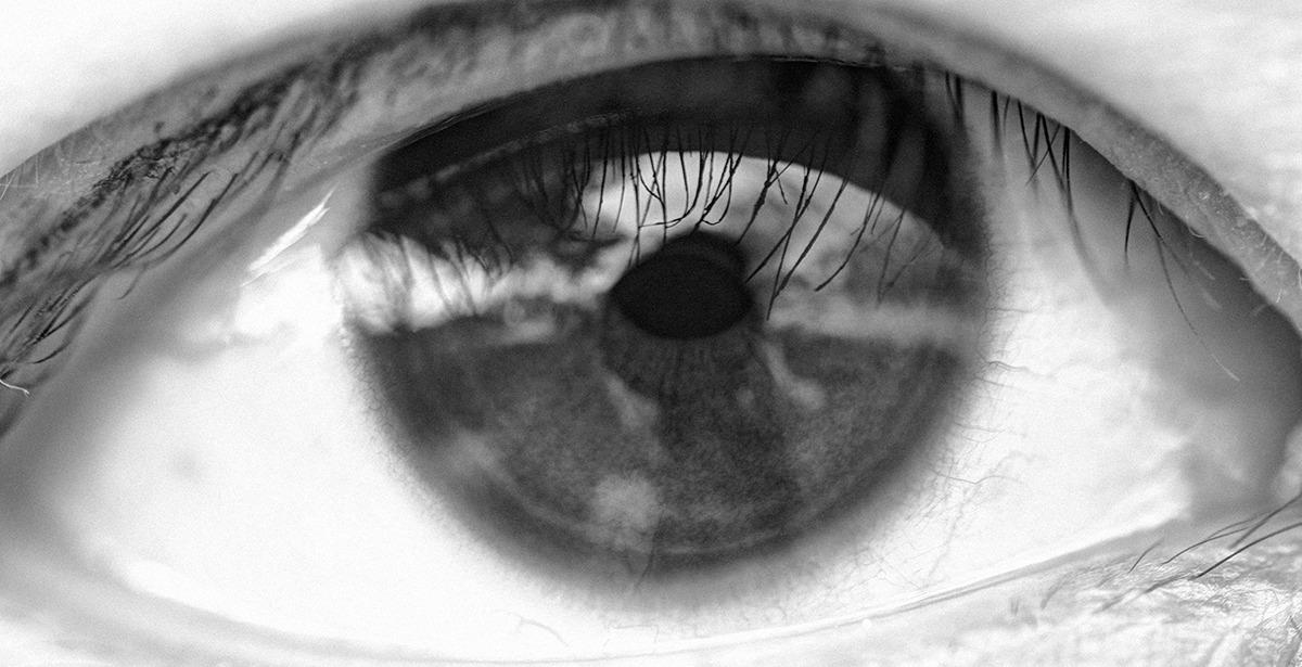 눈동자를 클로즈업해서 망막에 사진찍는 사람이 비춰 보이는 사진-눈이 클로즈업되어 실핏줄이 드문드문 보이다