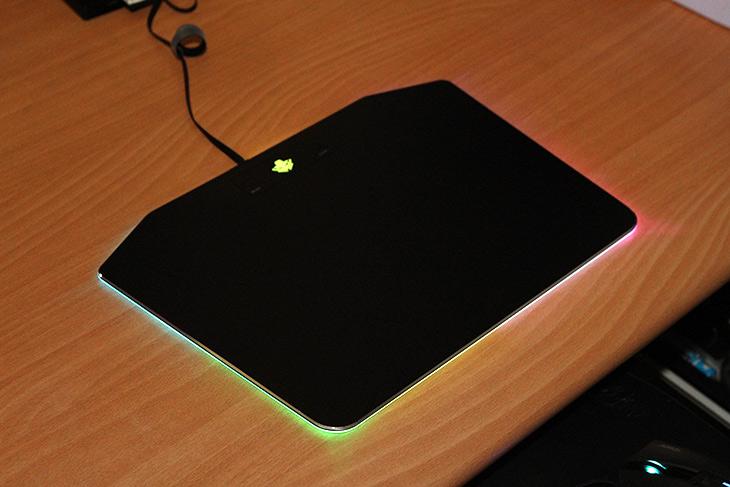 앱코, 해커 ,AP-340, RGB, 게이밍, 알루미늄 마우스 패드,IT,IT 제품리뷰,화려한 것을 좋아하는 분께 좋습니다. 빛이 번쩍번쩍 들어오네요. 앱코 해커 AP-340 RGB 게이밍 알루미늄 마우스 패드를 소개 합니다. 알루미늄 재질의 패드는 사용을 해 본적이 있을겁니다. 근데 이 제품은 측면에 빛이 들어옵니다. 여러가지 패턴을 지원하는데요. 게이밍 알루미뉴 마우스패드라면 달라야겠죠. 앱코 해커 AP-340는 좀 더 화려하게 게이밍을 즐길 수 있도록 지원을 해 줍니다.