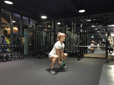 메디신 볼(medicine ball)을 이용한 와이드 점핑 스쿼트 (wide jumping squat)