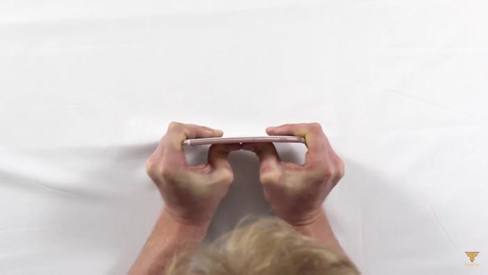 아이폰 6 때와 마찬가지로 사람의 힘으로 아이폰 6S을 휘려고 했습니다.