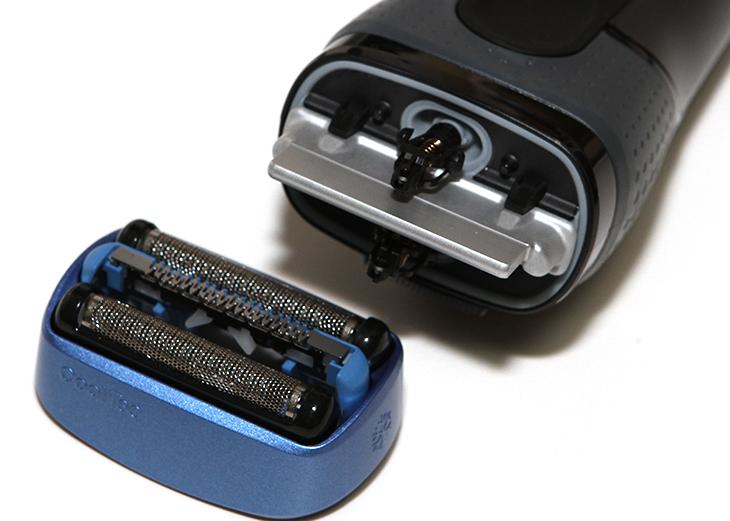 브라운 쿨텍, CT5cc ,전기면도기, 디자인, 개봉기, 및 ,디자인편,IT,IT 제품리뷰,후기,사용기,브라운 쿨텍 CT5cc 전기면도기 개봉기 및 디자인편 인데요. CoolTec은 백화점에서도 한번 보고 참 신기했던 제품인데 직접 사용을 해 봤습니다. 시원한 면도기라고 말할 수 있는데요. 시원하게 만들어주는 장치가 붙어 있습니다. 차가운 알루미늄이 붙어있는 브라운 쿨텍 CT5cc 전기면도기 개봉을 해봤었는데요. 역시 브라운 전기면도기는 면도기가 아니라 하나의 작품 같은 느낌이 들었습니다. 상당히 듬직한 디자인 그리고 성능 관리를 편하게 해둔 점 등이 모두 맘에 들었는데요. 제 경우에는 날면도기보다는 전기면도기를 자주 사용합니다. 전기면도기는 편하기도 하고 급하면 물이 없어도 면도가 가능하니까요. 더운 여름때 컴퓨텍스 본다고 대만 타이페이에 갔던 적이 있는데요. 더운데 면도를 급히 하려니 꽤 더웠던 기억이 있습니다. 그럴 때 브라운 쿨텍 CT5cc 전기면도기를 썼어야 했습니다. 시원하게 면도가 가능하니까요. 수염도 시원하게 깎이는데 피부도 시원합니다.