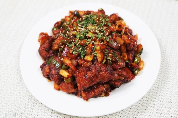 바삭바삭한 닭고기에 매콤한 소스- 깐풍기