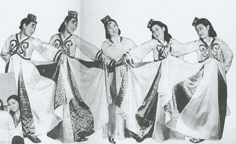 사진: 한국 최초의 원조 걸그룹으로 꼽히는 저고리시스터즈의 사진. 이난영, 박향림, 장세정 등으로 구성된 프로젝트 걸그룹이었다.  [김시스터즈, 한류스타 원조걸그룹 - 저고리시스터즈의 다방의 푸른 꿈]