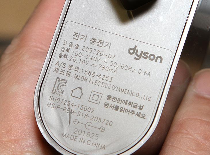 다이슨 V8 플러피, 구성품 ,브러시, 무선청소기, 성능,IT,IT 제품리뷰,깔끔함을 좋아하는 분들에게 어울립니다. 청소기중 명품에 속하는 제품이죠. 다이슨 V8 플러피 구성품 브러시 등에 대해서 알아보고 무선청소기 성능도 간단히 알아보려고 합니다. 사실 웬만한 분들은 다 알고 있을것으로 생각합니다. 청소기 중에서 가장 갖고 싶은 제품중 하나니까요. 다이슨 V8 플러피 구성품은 상당히 풍성했습니다. 브러시가 이렇게 많이 들어있다니 골라서 써보는 재미도 있었습니다.