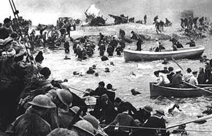 사진: 동원할 수 있는 모든 배에 승선하고 있는 덩케르크 철수 작전의 모습. 40km에 달하는 도버해협을 건너서 영국으로 가는 것이 살아남는 유일한 방법이었다. [덩케르크 실화, 다이나모 작전]