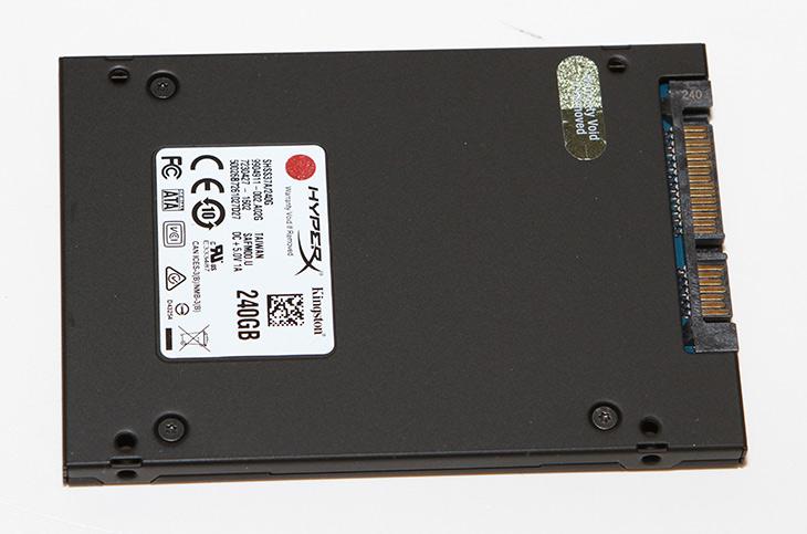 킹스톤 ,HyperX ,SAVAGE ,240GB ,고성능, SSD,IT,IT 제품리뷰,kingston,저장장치,빠른,MLC 타입의 아주 고성능의 저장장치를 소개해봅니다. 벤치마크를 해보고 높게 나오는 점수 때문에 기분이 좋았는데요. 킹스톤 HyperX SAVAGE 240GB 제품이 그것입니다. 고성능 SSD라는 타이틀을 붙여주기에 부족하지 않은 제품이었는데요. 처음에 손에 쥘 때 약간 묵직한 느낌이 괜히 있는것은 아니었네요. 킹스톤 HyperX SAVAGE 240GB 는 파이슨 쿼드코어 기반 8채널 SSD 컨트롤러가 사용된 제품으로 하이엔드 제품군에 속합니다. 240GB 기준으로 쓰기 수명도 306TBW에 달하는 안정성도 꽤 좋은 제품 입니다. 용량이나 가격대를 봐도 꽤 좋은 선택이 될만한 제품 입니다.
