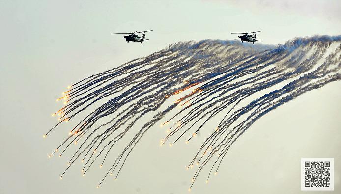 플레어 발사 기동중인 해군 UH-60 ⓒMediaPaPaer.KR 오세진 사진기자