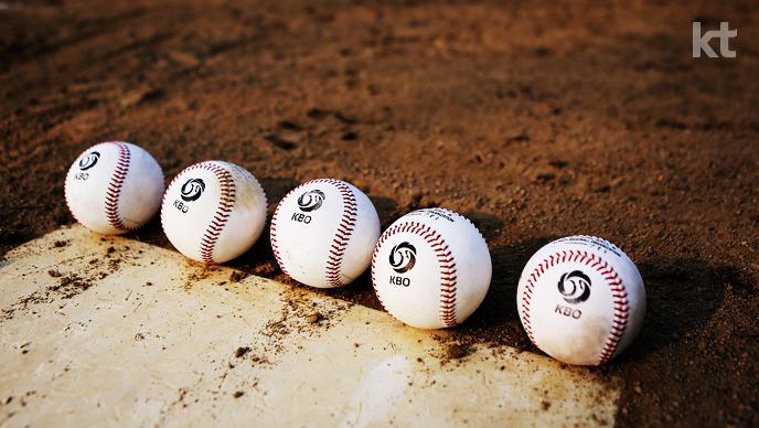 홈베이스 근처에 놓인 야구공 5개