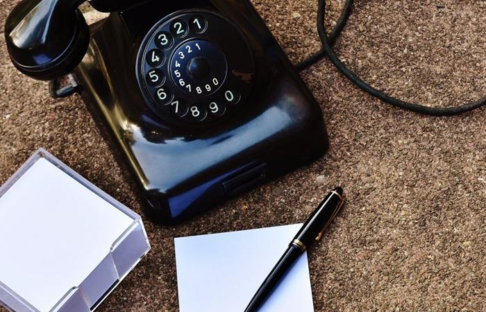 사진: 다이얼 전화기는 알몬 스트로저가 자동교환기를 발명하므로써 사용이 가능해졌다. 1980년대에도 사용되었으며 전화번호만큼 돌려서 펄스를 발생시키는 것이 다이얼 전화의 원리다. [다이얼 전화기의 발명스토리]