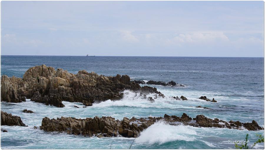 파도치는 바닷가 풍경