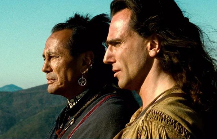 사진: 모히칸 족의 대가 끊어진 후 아들의 시신을 보내며 대지를 바라보는 칭가지국과 다니엘 데이 루이스(호크아이)의 모습. 역사에서 사라질 모히칸 족의 운명을 걱정하는 라스트모히칸 결말씬이다. [영화 라스트모히칸 결말]