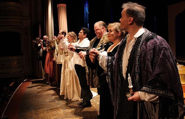 사진: 베르디의 오페라 오델라에서는 증후군이란 것 때문에 사랑하는 살마을 죽이게 되는 비극이 나온다. 셰익스피어의 4대 비극을 오페라화한 것이다. 사진은 커튼콜의 장면. [파랑새증후군? 동화 같은 증후군들 2]
