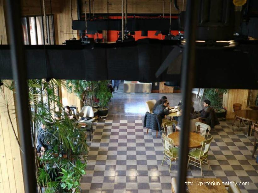 2층에서 내려다 본 카페 1층