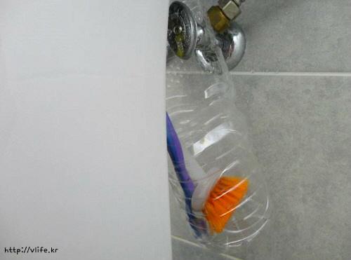 페트병만으로 걸수 있는 욕실 청소용 솔 보관통 만들기