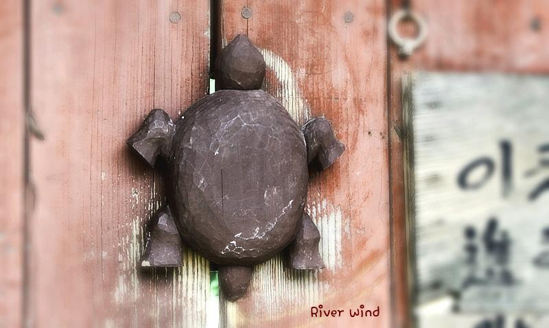 나무로 깍은 거북이 자물쇠