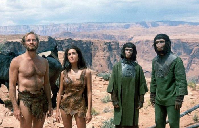사진: 혹성탈출 줄거리에서 핵심적인 역할을 했던 남녀 배우들. 왼쪽부터 찰턴 헤스턴, 린다 해리슨, 그리고 그들을 도와준 코넬리우스 박사 부부. [연대별 혹성탈출 시리즈 원작 분류]