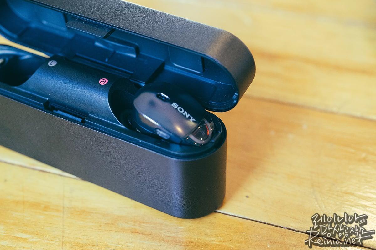 충전 중인 소니 WF-1000X